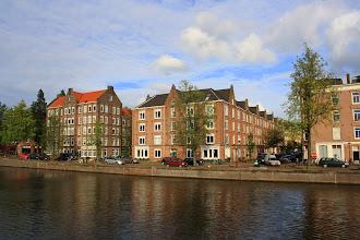 Photo: Complex met arbeiderswoningen (156 2-kw) aan de Houtmankade, Van Heemskerckstraat, Dirk Hartoghstraat en Van Linschotenstraat (Zeeheldenbuurt) gebouwd in 1879 door de Vereeniging tot het bouwen van Arbeiderswoningen. Architect B. de Greef