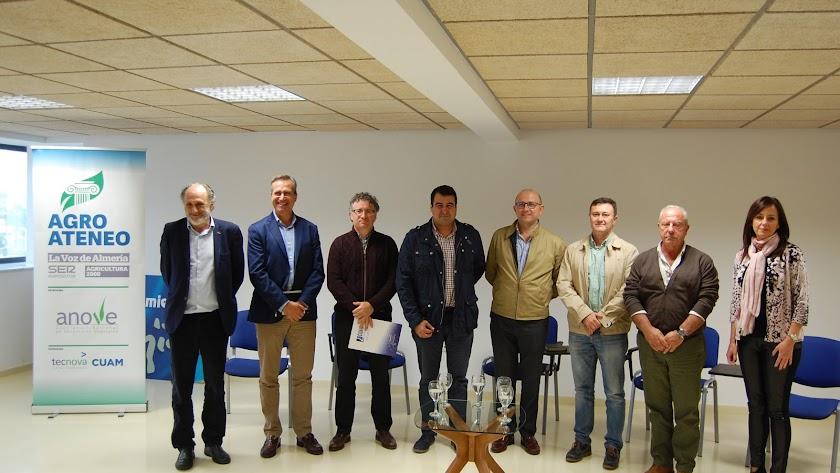 Tras el debate, foto de familia de los participantes en la tercera edición de Agroateneo.