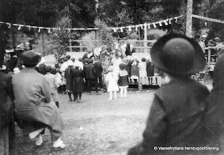 """Photo: Vasselhyttans Bygdegården och dansen! av Gunnar Persson på Hälla I anslutning till Bygdegårdens tillkomst byggdes dansbana c:a mellan 50 - 60 m2 plus ettinbyggt podie för orkestrar och scenframträdanden. Tidigare har det dansats på väldigt primitiva ställen, bl. a. efter vägen mot Flögfors. Innan Bygdegårdens tillkomst dansades det 100 meter nordöst om Bygdegården. Dansbanans placering ( trekanten) var i hörnet mot tomtgränsen i nordost. Bygdegårdsparken, som den kallades, öppnades alltid Valborgsmässoafton. Innan dansen började firades"""" Valborg """" med majbrasa på Åsbacken med körsång och hornmusik. Dansen började halv tiotiden, och slutade kI.12. I parken serverades kaffe och även i """" lilla salen"""". Det fanns alltid en tombola, skjutbana och pilkastning. Bygdegårdsparken var under lång tid väldigt populär då besökarna kom från orterna runt omkring. Man kunde när det var som mest besökare räkna in mellan 2- till 300 personer. Första lördagen i sept"""