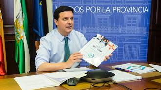 El presidente de la Diputación Provincial, Javier A.García, con el \'Programa Reconecta\'.