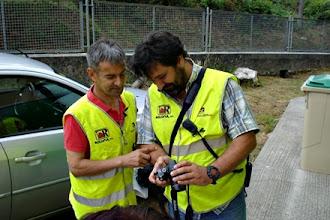 Photo: EA1EOL y EB1DPB revisando el material gráfico