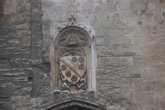 Photo: Les armoiries de Clément VI au-dessus de la porte des Champeaux