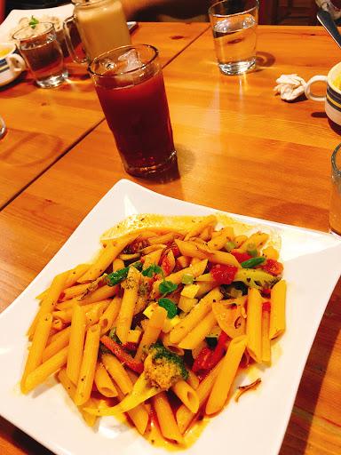 很特別的番茄咖喱🍝,素食的也好吃👍,飲料冰塊也很特別是北極熊~