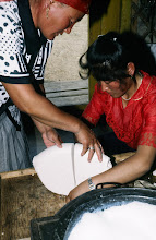 Photo: 03157 ブルド/ハスバータルイ家/乳製品作り/ビャスラグつくり/羊・山羊乳/完成したウルムをはがして鍋に残った脱脂乳に酸乳であるタラグを加える。袋に入れて水分を除き、カゼイン凝固している部分を取り出す。