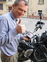 Photo: Auf der Suche nach Hilfe finde ich Franco, den hilfsbereiten Autoradio-Installateur, der den Fehler findet und lötet. Und es kann wohlgeleitet weiter gehen.