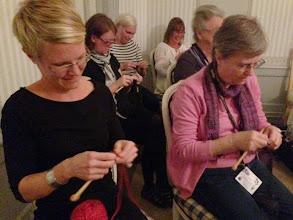Photo: Självklart blev det Knit Battle på lördagkvällen - längst bak i detta kval skymtas Janette Millbom som vann.