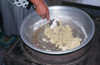 Photo: 03210 ブルド/バスハダール家/ハイル・マク(乳製品)作り/ツァガーン・トスに小麦粉と少々の砂糖を加えてかき混ぜてシチューのルーのようにしたもの