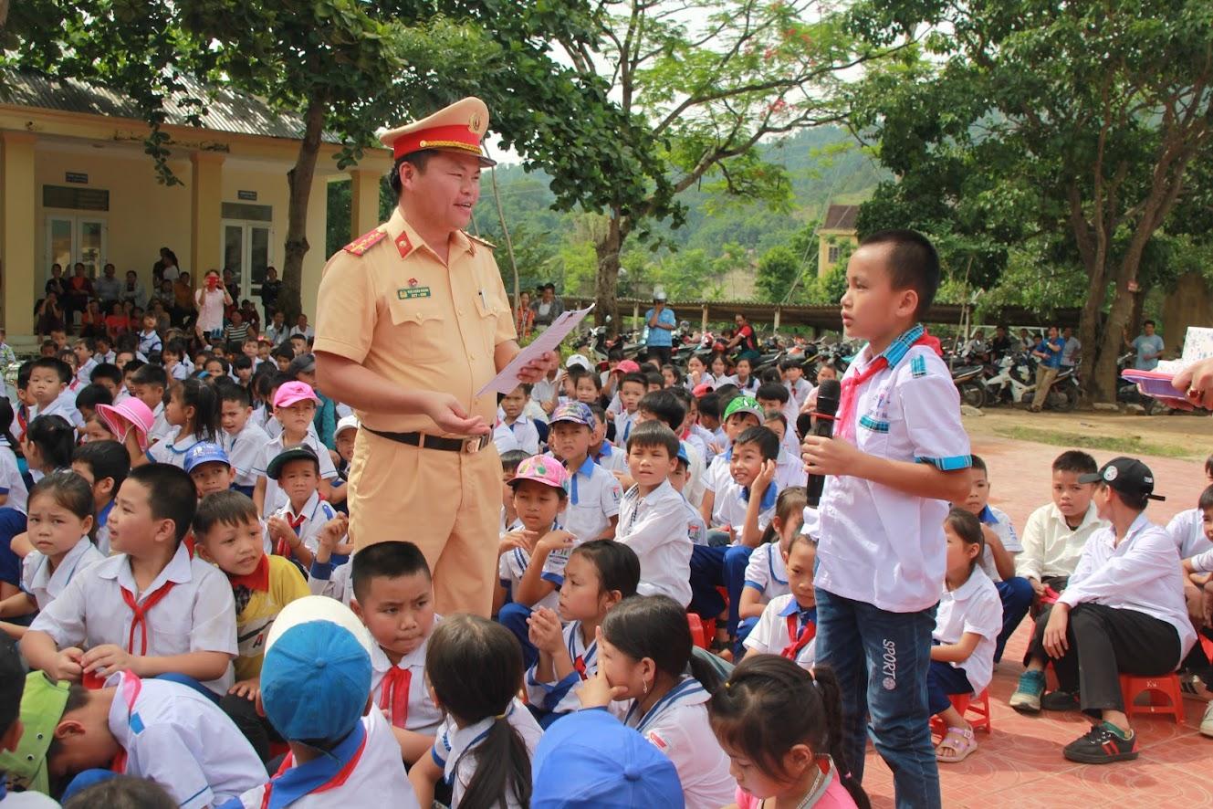Tuyên truyền luật an toàn giao thông tại trường THCS và Tiểu học xã Mường Nọc, huyện Quế Phong