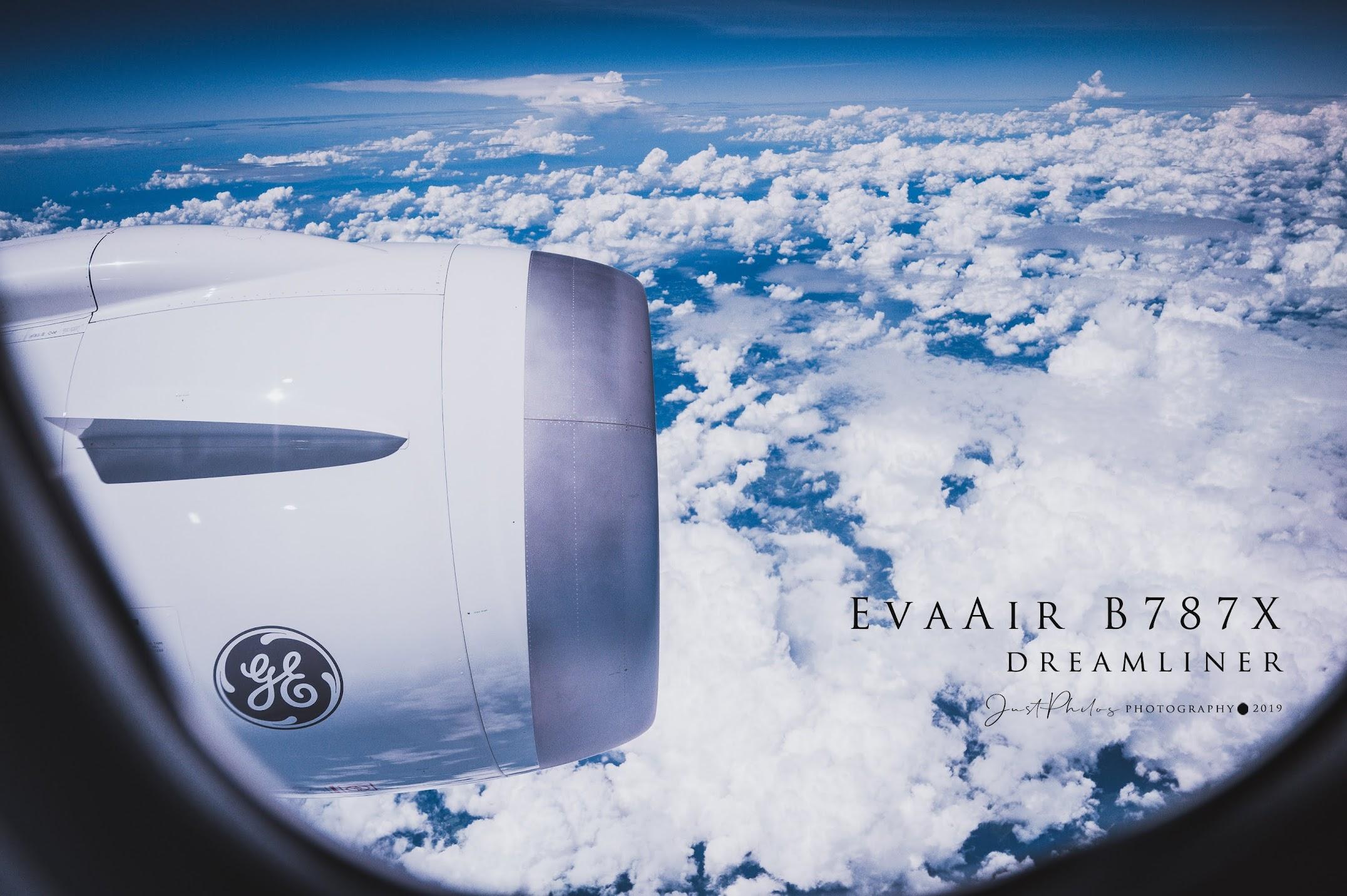經過日本上空可以從機上看到較低層的積雲,搭配藍天形成一幅美麗的空中畫作。