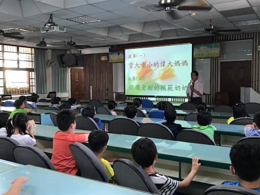 阿公阿嬤來講古-溫理事長和二年級學生分享