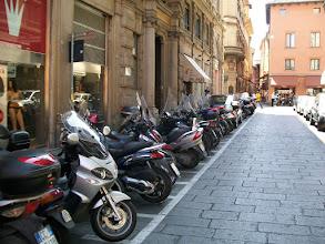 Photo: 21e Dag, woensdag 5 augustus 2009 Ferrara ,vertrek: 08.10 uur Bologna, aankomst: 15.30 uur Temp. maximum: 32 graden, Wind: 2 Bfr, Windrichting: w. Weerbeeld: regen en bewolkt Dag afstand: 76,9 km, Tijd: 5:16:10 uur, Gemiddelde: 14.5 km Totaal gereden: 1631 km Bologna motoren en scouters hebben ook een eigen plaats.