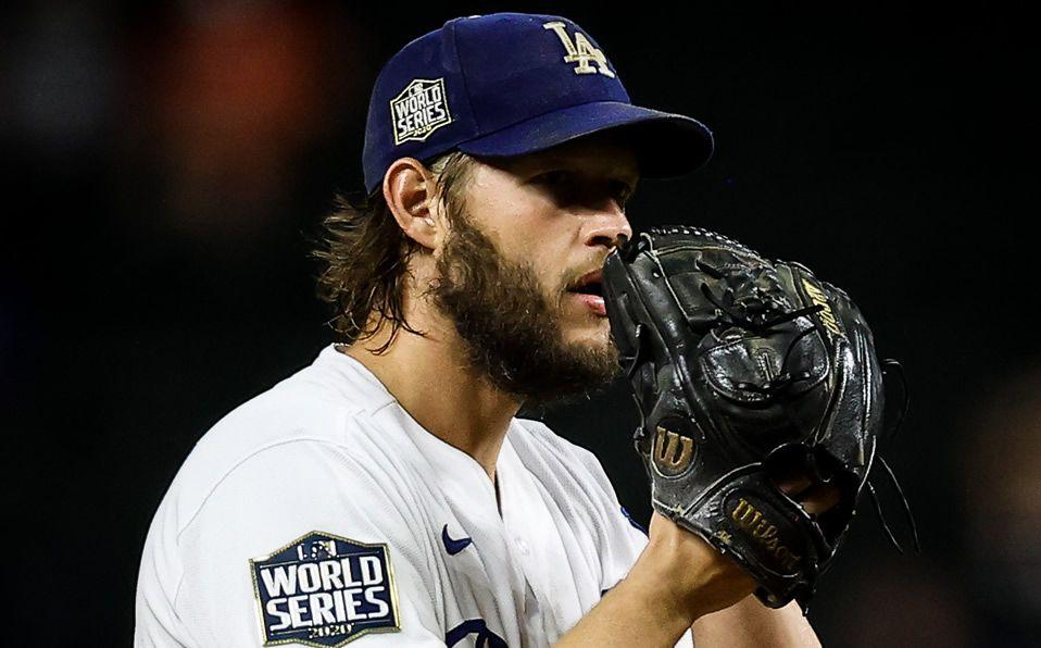 Un hombre con un guante de béisbol  Descripción generada automáticamente