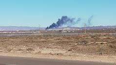 La columna de humo negro es visible desde distintos puntos.