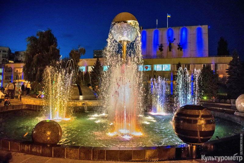 А еще в Южном есть красивый современный фонтан с подсветкой