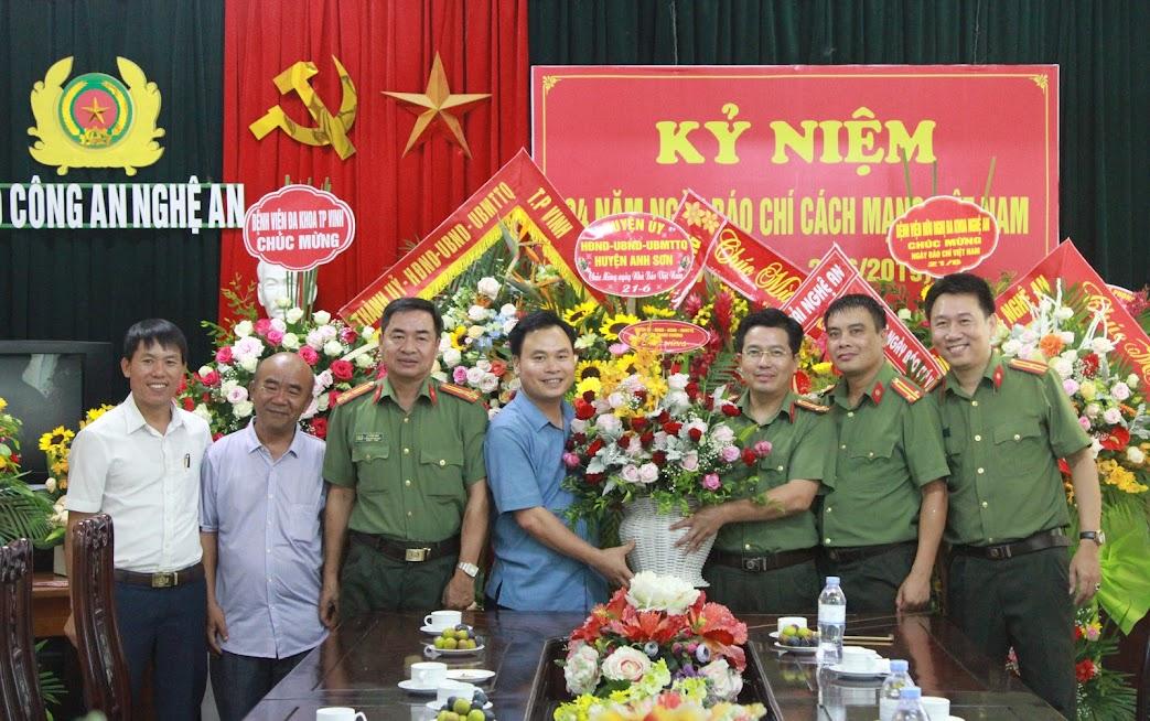Huyện ủy - HĐND - UBND - UBMTTQ Huyện Thanh Chương chúc mừng Báo Công an Nghệ An