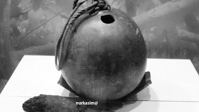 """Photo: Tempat air minum yang disebut """"Bila"""".  berasal dari buah Bila atau buah Maja (Aegle marmelos). http://nurkasim49.blogspot.co.id"""