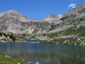 Photo: Alta Ribagorça: estany Gémena de Baix i pic d'Abeller al fons i al mig