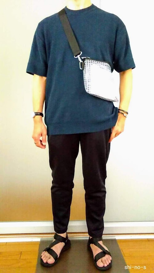 半袖ニットと黒パンツのコーデ