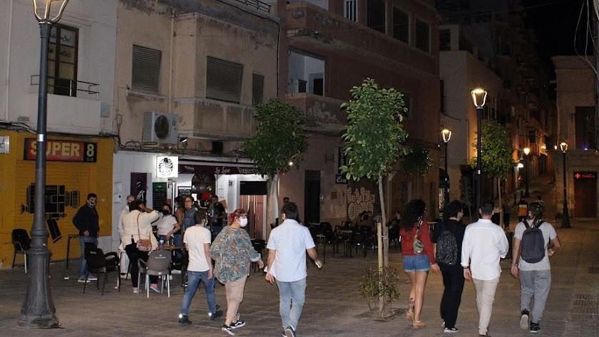 Ambiente en las calles del centro de Almería en la primera noche tras el final del estado de alarma.
