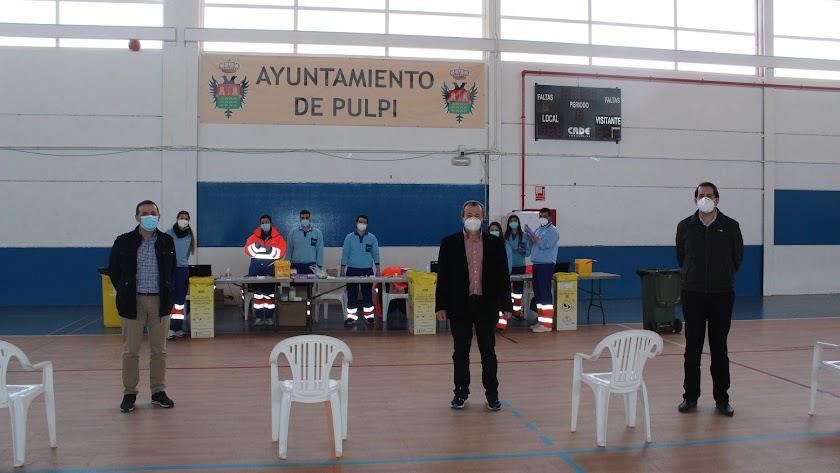 Alcalde de Pulpí junto a directivos del Área Sanitaria Norte de Almería en el vacunación de Pulpí.