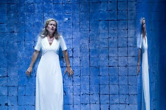 """Photo: Marion AMMANN als Kaiserin in """"DIE FRAU OHNE SCHATTEN"""" (2010). Foto: Oper Graz/Werner Kmetitsch"""