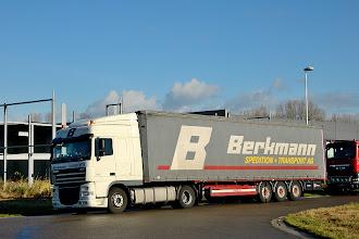 Photo: 06-11-2012 © ervanofoto Een Zwitserse vrachtwagen brengt nog enkele tonnen houten elementen.