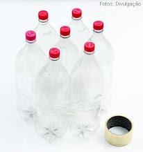 Photo: http://artesanatobrasil.net/puff-infantil-de-garrafas-pet-do-professor-sassa/  1 – Junte sete garrafas com as tampas para cima e coloque um elástico para segurar. Passe a fita adesiva.