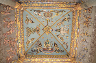 Photo: ลงมาข้างลง ลองหงายดูเพดาน  ที่นี่ นิยมเป็นศิลปะนูนต่ำ นูนสูง  ไม่ค่อยมีวาดภาพฝาผนังเท่าไร
