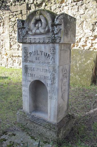 ancienne tombe au cimetière juif d'Orange Vaucluse jpg