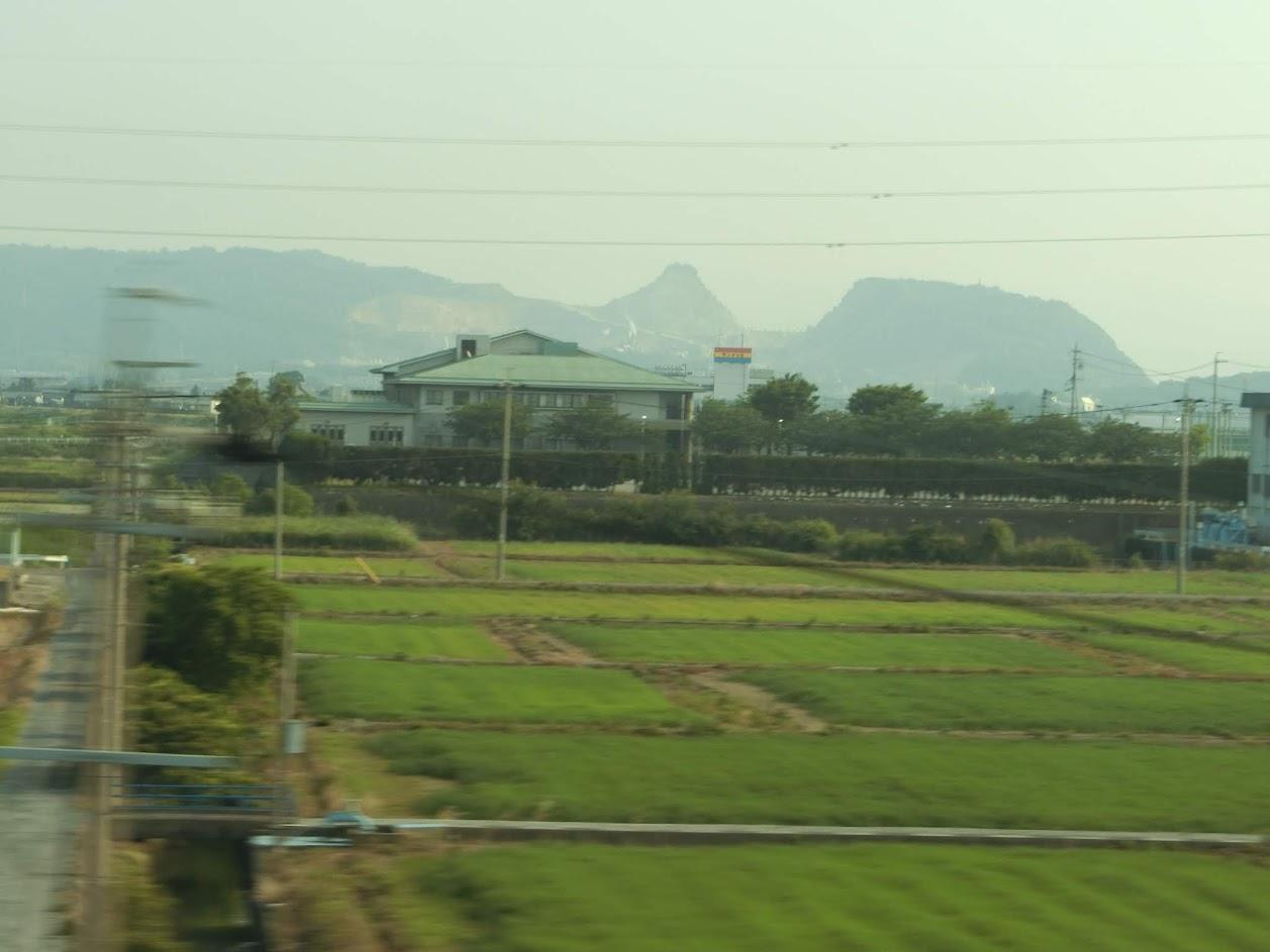 新幹線の車窓から 変わった形の山