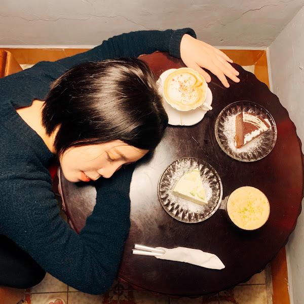 咖啡好喝、甜點又很用心的餐廳 點了玫瑰海鹽拿鐵(❤️❤️❤️❤️❤️) 西西里咖啡(❤️❤️❤️) 檸檬起士蛋糕(❤️❤️❤️❤️❤️) 巧克力幕斯底部餅乾有草莓乾(❤️❤️❤️❤️) 裝潢又很舒服
