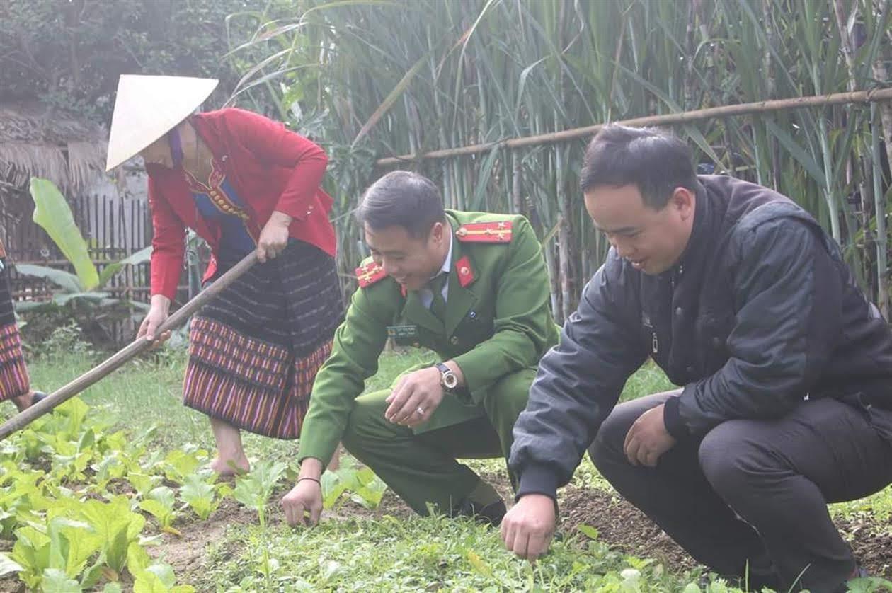 Thượng úy Lay Văn Thìn cùng các đoàn thể  giúp đỡ bà con Đan Lai ở bản Tân Sơn, xã Môn Sơn  làm ruộng vườn xây dựng cuộc sống mới