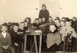 Photo: Zondagsschool o.l.v. Jantiena Nijhof rechts: Appie Scheper, Fenna Raterink, ??, Eppe Okken, achter Roelof Vedder. Links voor Jan Enting Jzn.