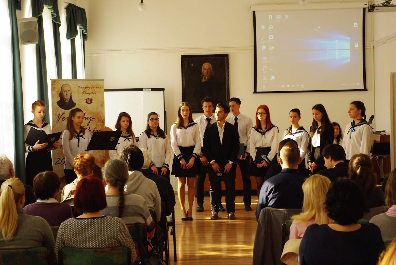 Matróz blúzos diákok előadása közönség előtt