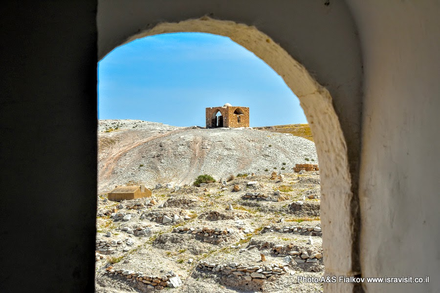 Старинное кладбище у стен Наби Муса в Иудейской пустыне.
