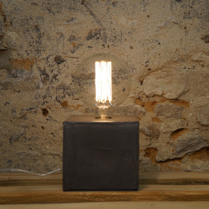Lampe béton gris insdustrielle pied cube fait-main design par la créatrice d'objet déco en béton made in france par JUNNY