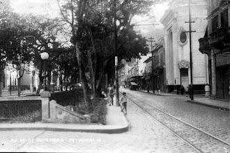 Photo: A Rua do Imperador, que hoje novamente tem esse nome, teve sua denominação trocada para Avenida 15 de Novembro, em homenagem ao dia da Proclamação da República. À direita, o prédio que abriga até hoje o Banco do Brasil. Note ainda os trilhos do bonde. Foto da década de 40