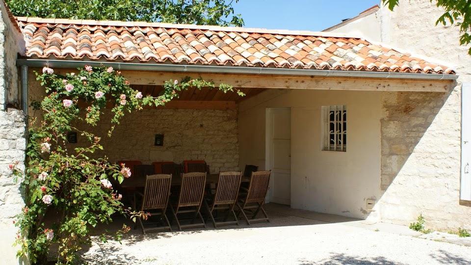 La Fermette gîte 3 étoiles à Surgères près de La Rochelle la terrasse abritée pour des moments de convivialité