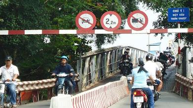 """Photo: Cầu sắt Lái Thiêu cũ vẫn còn lưu thông, """"nỗi sợ một thời kẹt xe đã qua"""""""