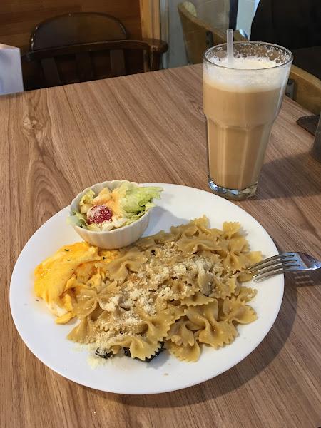 同一天先去了Relax早餐,店員只回答:沒有素食。之後走到花嘴廚房,店員非常熱心告知哪些餐點可做素食,上餐速度也很快,服務具熱忱,餐點便宜(如照片餐點100元)又好吃,下次還會再去!