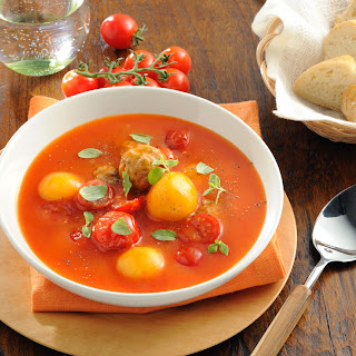 Tomatensuppe mit dreierlei Knödelchen