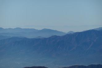 奥に鈴鹿山脈(左に御在所岳・中央右に竜ヶ岳)