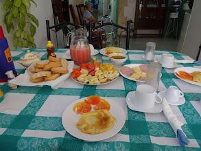 Photo: Jedna z mnoha bohatých snídaní. Čerstvé ovoce, vajíčka, houska se sýrem a šunkou. Všechno v pořádku.