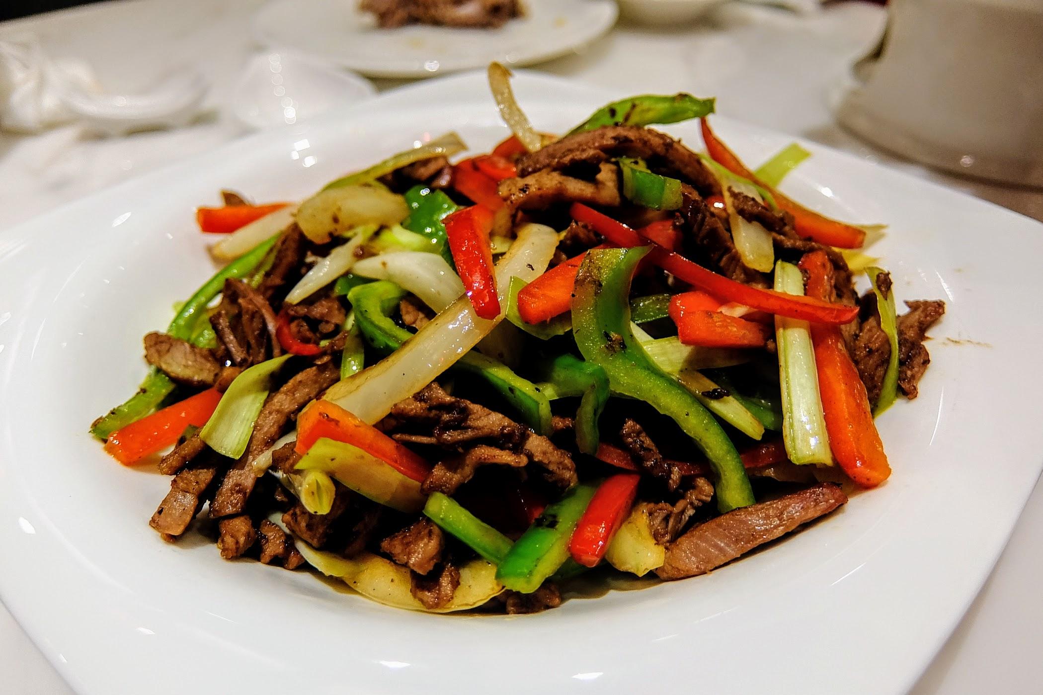 鴨肉拌炒很特別,因為一般烤鴨的炒鴨肉就是用著九層塔之類的去炒,這一家是用許多紅椒青椒洋蔥等,茄醬汁而成