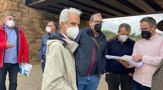 Autoridades Loclaes junto a los técnicos de Confederación revisando el proyecto.