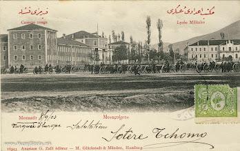 Photo: 11. Битола—Црвената касарна и Воената академија во 1903 година. Црвената касарна за пешадијата била изградена во 1253 година по исламскиот цалендар, односно 1837/38 година, кога гувернер и командант во Битола бил Ќосе Ахмет Паша. Архитект за истата бил Стојан Везенков. Изградбата почнала во 1837 година, и учествувале сите граѓани на Битола. Овој огромен објект, во кој можело да се сместат осум баталјони војска, бил завршен за шест месеци. После кратко време по завршувањето на Црвената касарна почнала изградбата на Белата касарна за коњицата и артилеријата. Истата била завршена во 1844 година. Во близина на овие две касарни била соградена во 1845 година, и Воената академија која и денес постои. Истата започна со работа во 1847/48 година. Кемал Ататурк го започна школувањето во 1895 година и заврши во 1899 година. Негов учител по историја бил Мехмед Тевфик Бег.