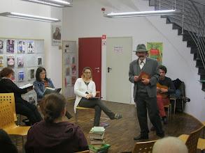 Photo: S Cankarjem in knjigo v Mestni knjižnici Piran. (Foto Nada Leban)  http://www.pir.sik.si/slo/prireditve/dogodki-in-napovedi/724/dan-podaljsan-v-noc-knjige-v-piranu