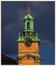 Photo: Dom Sankt Nikolai in Stockholm. Die Kirche wurde ursprünglich im Stil der Backsteingotik des 13. Jahrhunderts mit einem Turm erbaut. In den Jahren 1736 bis 1742 erfolgte die heute noch sichtbare Umgestaltung als Putzbau im barocken Stil durch den Architekten Johann Eberhard Carlberg, da die Kirche mit dem kurz zuvor errichteten Schloss in unmittelbarer Nähe harmonisieren sollte.