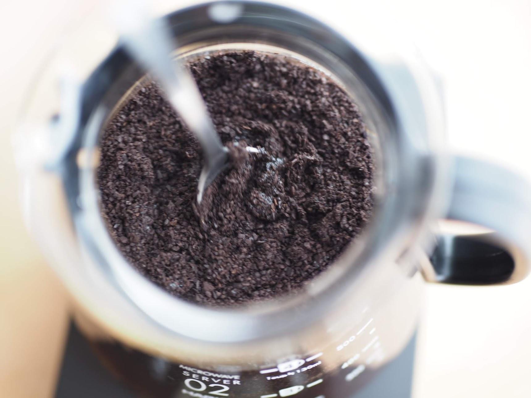コーヒーをスプーンで撹拌する