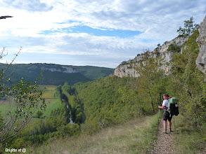 Photo: Le chemin longe la falaise...